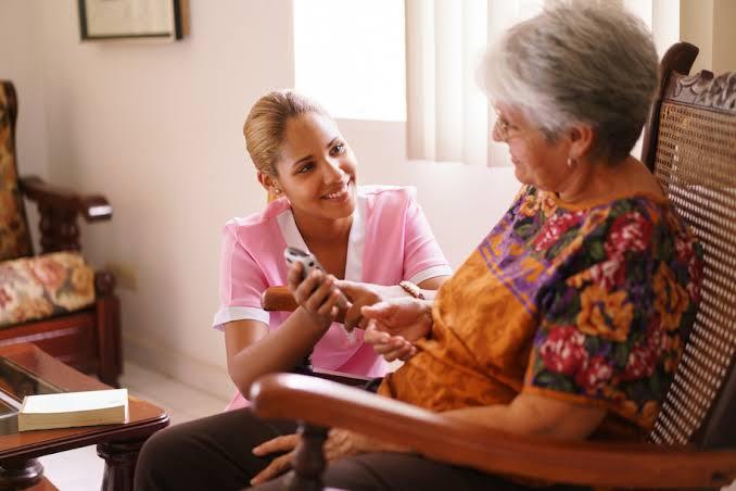 Lansia membruhkan perawat untuk membantu aktivitas mereka